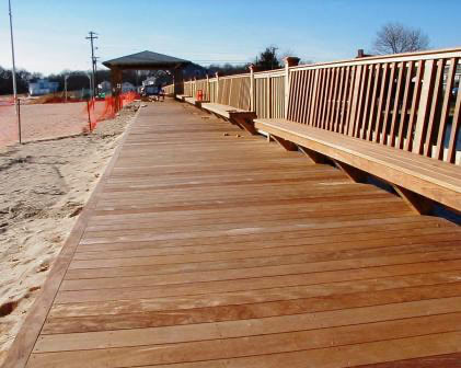ipe_decking_and_ipe_benches_at_boardwalk_in_new_york